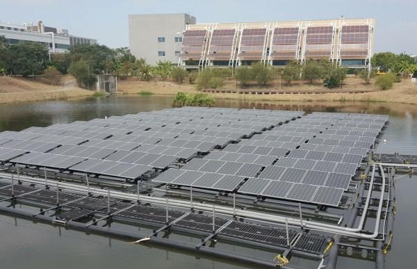 南市首座浮動式太陽能光電 每年發電量12萬度 〔自由時報報導〕